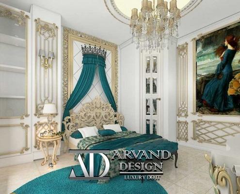 نمایی از تخت و دیوارهای اتاق خواب آبی طنابی به سبک کلاسیک