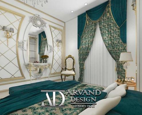 نمایی از پرده و آینه و گچ بری کار شده بر روی دیوار مقابل تخت اتاق خواب آبی طنابی