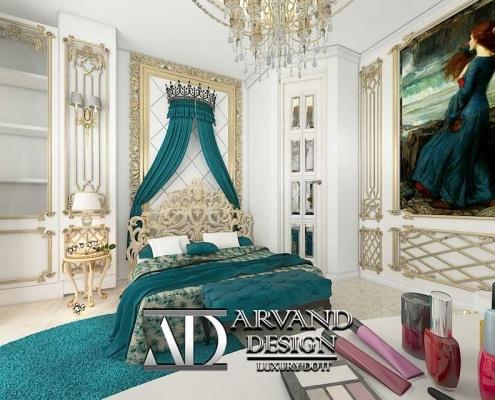 نمایی دورتر از تخت خواب و نقاشی اتاق خواب به رنگ آبی و سبک کلاسیک