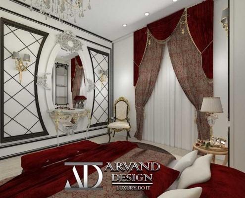 نمایی از پرده و آینه قرمز رنگ و گچ بری کار شده بر روی دیوار مقابل تخت اتاق خواب قرمز طنابی