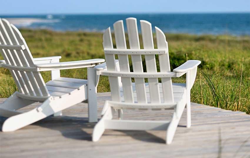 صندلی های سفید در ساحل