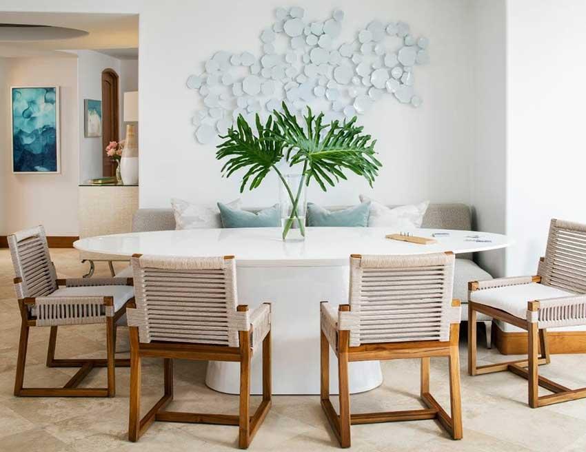 سبک طراحی ساحلی با میز چوبی سفید و صندلی های ساده چوبی کنافی
