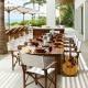 فضای غذاخوری بیرونی با میز ناهارخوری بسیار زیبا به سبک ساحلی